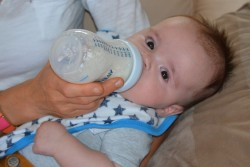 Chiêu trò nhắm vào những bà mẹ ít có khả năng chi trả của các công ty sữa bột