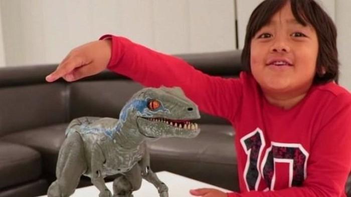 Bé 7 tuổi kiếm được hàng trăm tỷ nhờ YouTube
