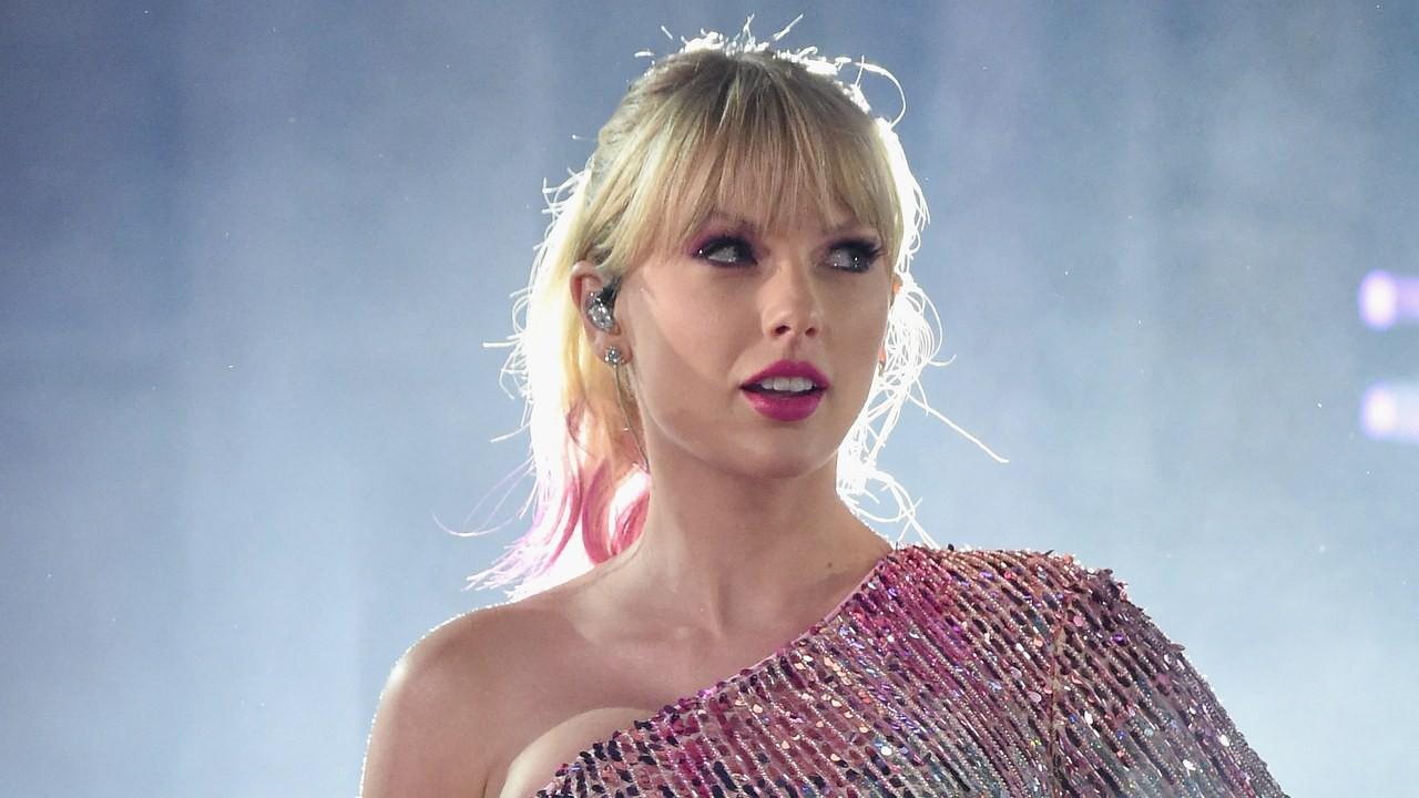 Taylor Swift trở thành nghệ sĩ nhận nhiều cúp nhất trong lịch sử AMAs